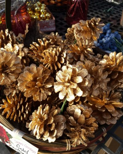 Christmas: gold pinecones